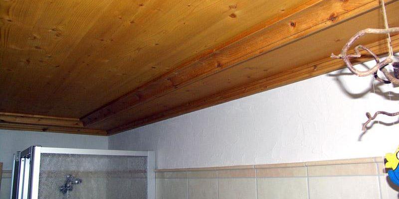 Holzdecke in einem Badezimmer.