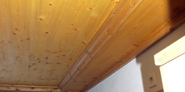 Badezimmerdecke in Dreischichtmaterial mit Massivholzleisten - das ganze natürlich geölt.