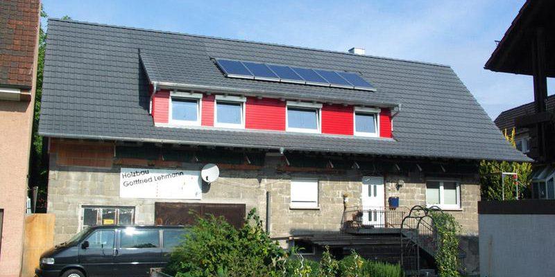 Der neue und in modernem Grau gehaltene Dachstuhl gibt dem Gebäude ein neues Gesicht.