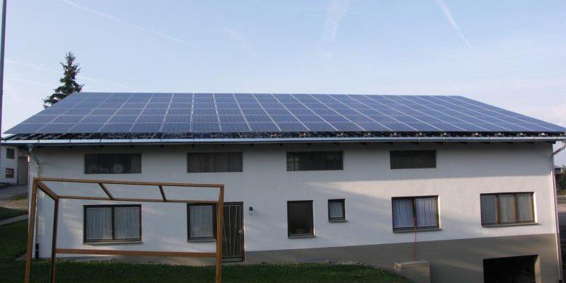 In Grafenhausen wurde auf dem Dach eines Gipsergeschäftes eine außergewöhnliche Photovoltaikanlage montiert.