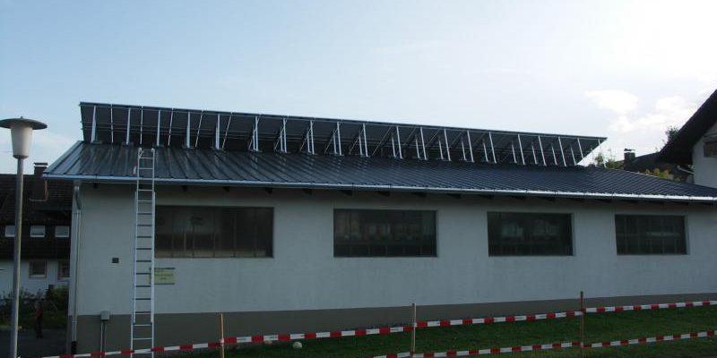 Aufgrund der intensiven Schneeverhältnisse vor Ort, wurde die komplette Anlage an einem Stück auf 20 ° aufgeständert.