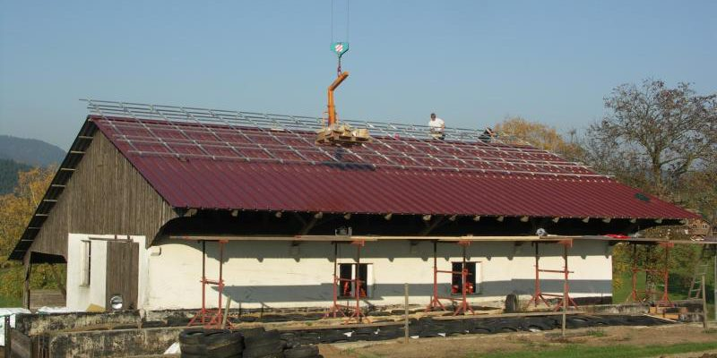 Auf einem Stallgebäude in Unterharmersbach, Roth wurde eine teils aufgeständerte Photovoltaikanlage installiert.