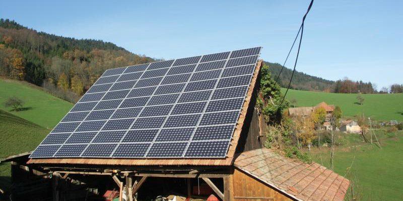 Hoch über den Dächern von Oberharmersbach beim Hasengalli montierten wir auf dem Schuppen eine Photovoltaikanlage.