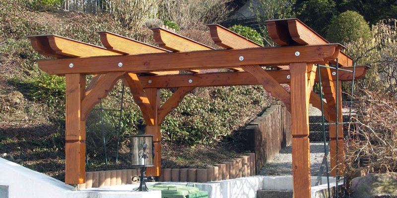 Die Pergola wurde mit Douglasienholz hergestellt, die Sparren wurden mit Blech abgedeckt, um die Haldbarkeit zusätzlich zu verlängern.