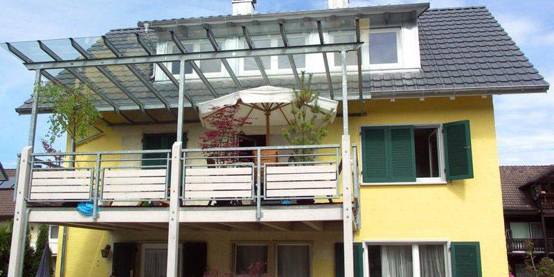 Anbau eines Balkons mit Glasüberdachung.