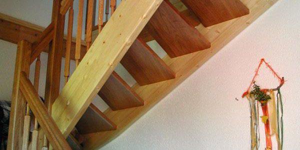 Auswahl der Fichtenwange, passend zum Holzausbau der Wohnung.
