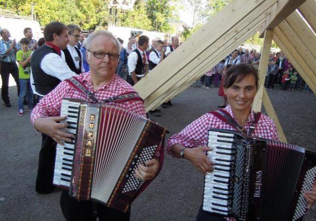 Elfriede Lehmann und Herbert Jilg begleiteten die Zimmermänner zünftig auf dem Akkordeon.
