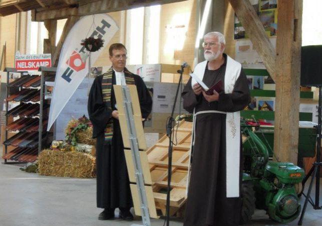 Die neue Werkstatt wurde mit einem Wortgottesdienst durch Pfarrer Monniger und Pater Richard eingeweiht.