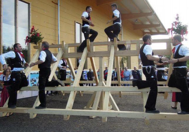 Das Holz im Nu zusammengesteckt, hielt ohne Schrauben zehn Mann aus!