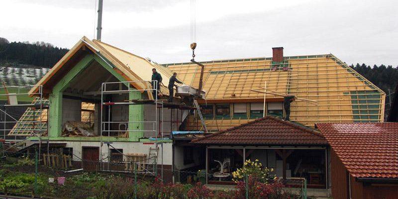 An das bestehende Wohnhaus wurde ein Bürotrakt angebaut, so dass das komplette Gebäude saniert und dann gemeinsam neu eingedeckt werden konnte.