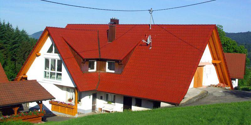 Dachdeckerarbeiten für das landwirtschaftliche Gebäude.